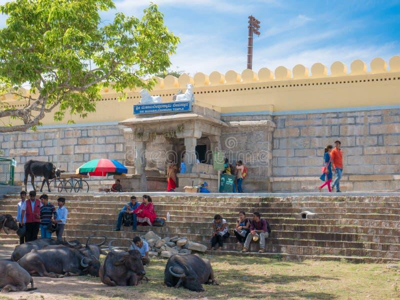 Actividades de la gente cerca del templo antiguo de Chamundeshwari en las colinas de Chamundi imagenes de archivo