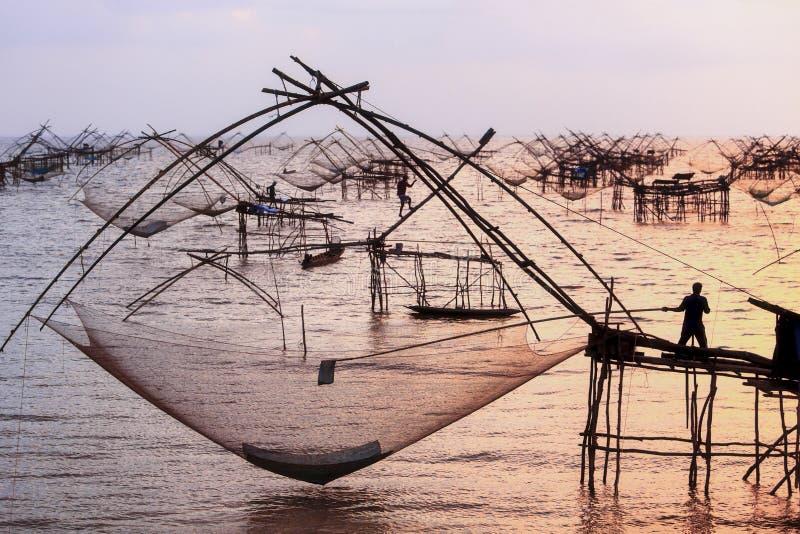 Actividades de la gente que adula Un pescado fotos de archivo libres de regalías