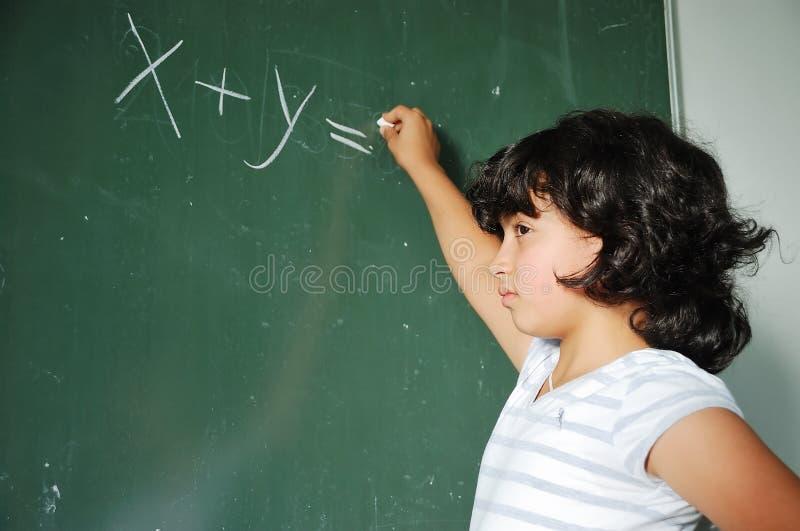 Actividades de la pupila en la sala de clase en la escuela imagen de archivo libre de regalías