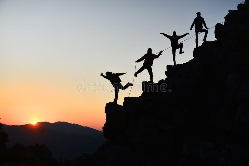 Actividades del alpinismo y éxito que sube fotos de archivo