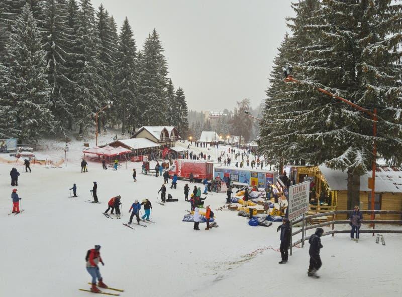 Actividades del invierno en el centro turístico de Poiana Brasov, Rumania fotos de archivo libres de regalías