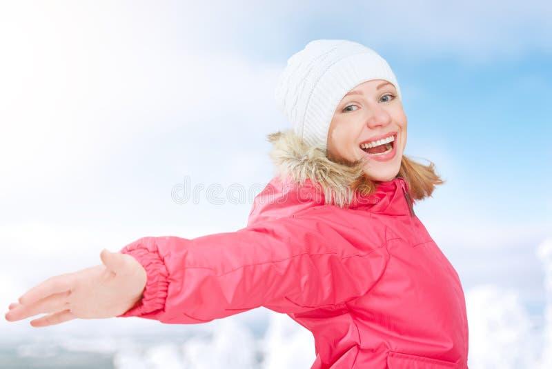 Actividades del invierno en naturaleza muchacha feliz con las manos abiertas que disfruta de vida imagen de archivo libre de regalías