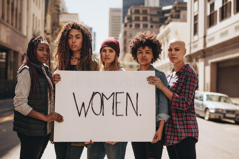 Activist die voor vrouwenrechten protesteren royalty-vrije stock afbeeldingen