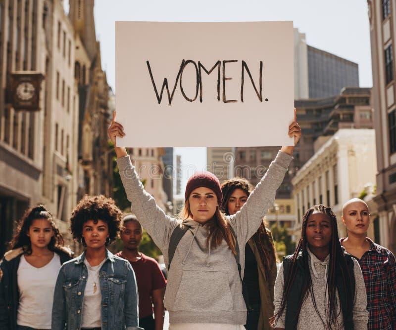 Activist die voor vrouwenzelfbeschikkingsvermogen protesteren royalty-vrije stock fotografie