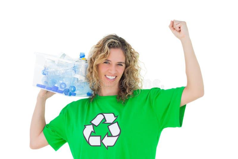 Activista ambiental alegre que lleva a cabo la caja de recyclables fotografía de archivo libre de regalías