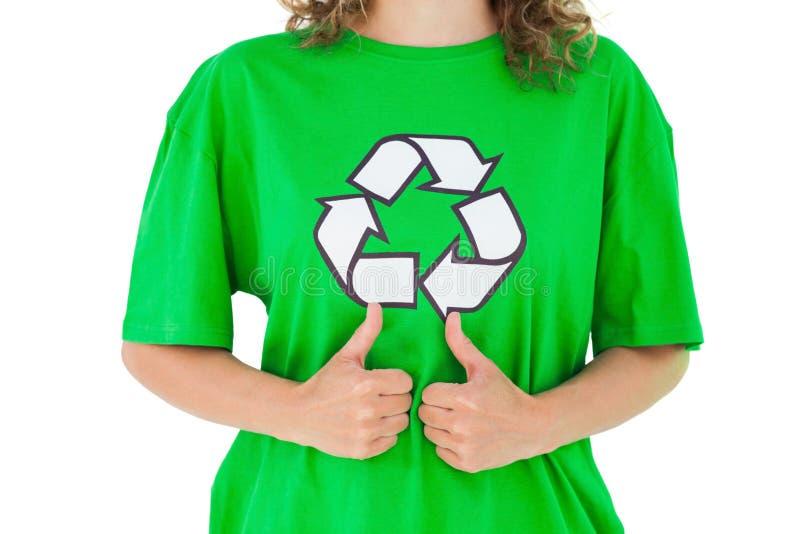 Activista ambiental que da los pulgares para arriba foto de archivo libre de regalías