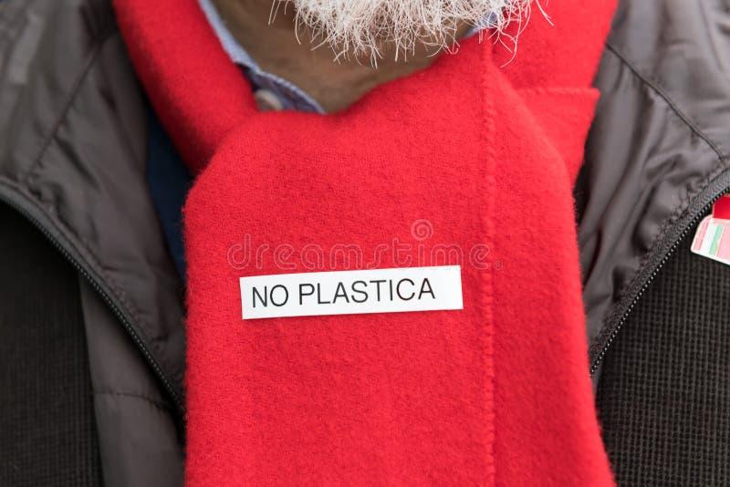 Activista italiano ambiental de la bufanda con la inscripción ningún plástico concepto de basura cero y de ningún plástico imágenes de archivo libres de regalías