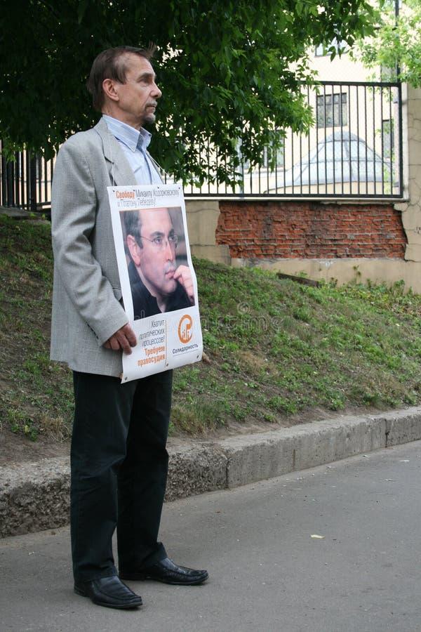 Activista Lev Ponomarev de los derechos humanos a protestar en apoyo de Khodorkovsky imagen de archivo libre de regalías
