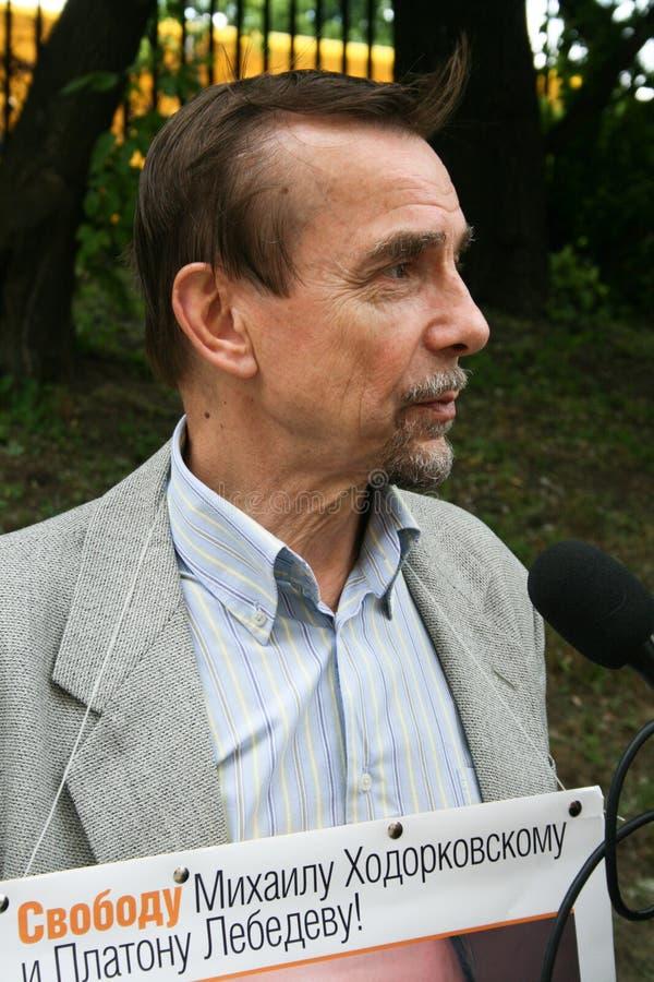 Activista Lev Ponomarev de los derechos humanos a protestar en apoyo de Khodorkovsky imagen de archivo