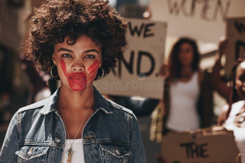 Activista que demuestra para parar abuso de las mujeres imágenes de archivo libres de regalías