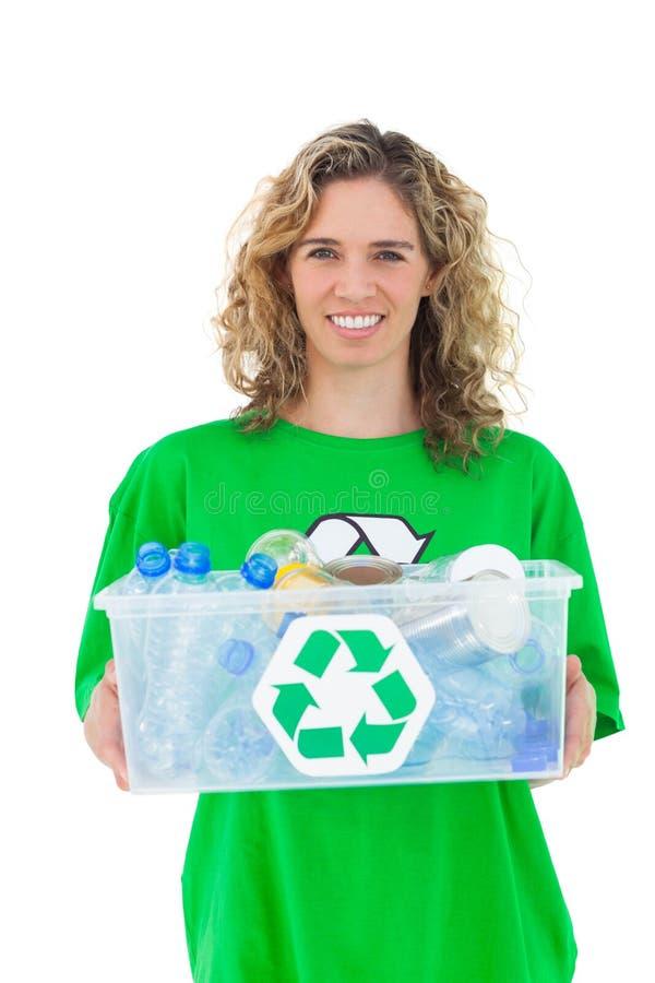 Activista sonriente que celebra el reciclaje de la caja fotos de archivo