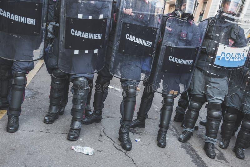 Activistas de enfrentamiento de la policía antidisturbios en Milán, Italia imagenes de archivo