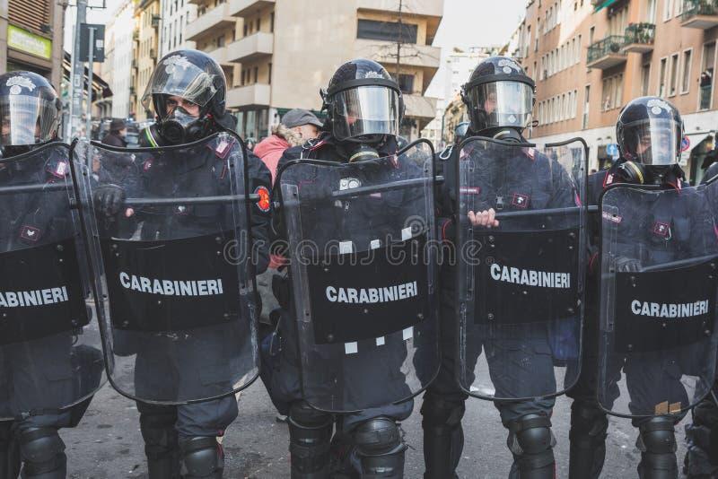 Activistas de enfrentamiento de la policía antidisturbios en Milán, Italia fotos de archivo