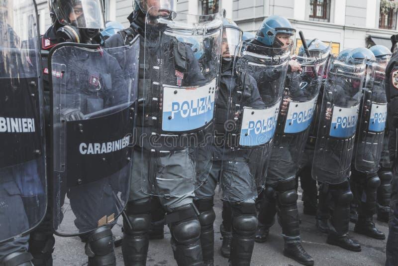 Activistas de enfrentamiento de la policía antidisturbios en Milán, Italia fotografía de archivo libre de regalías