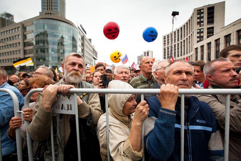 Activistas e suportes da oposição em Moscovo imagens de stock