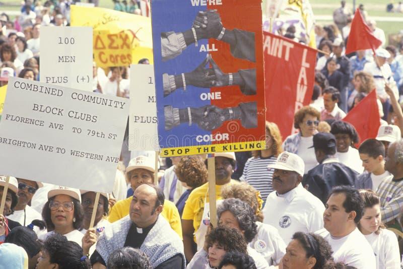 Activistas que marcham na anti-violência imagem de stock royalty free