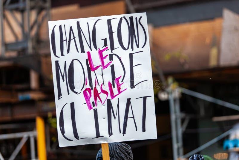 Activistas que marchan para el ambiente imagen de archivo