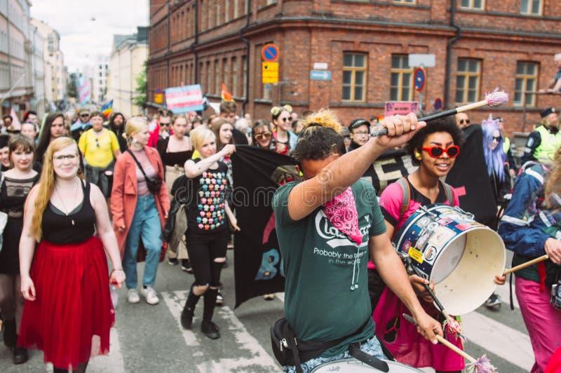 Activistes d'Antifascism sur le festival de fierté de Helsinki sur la rue image stock