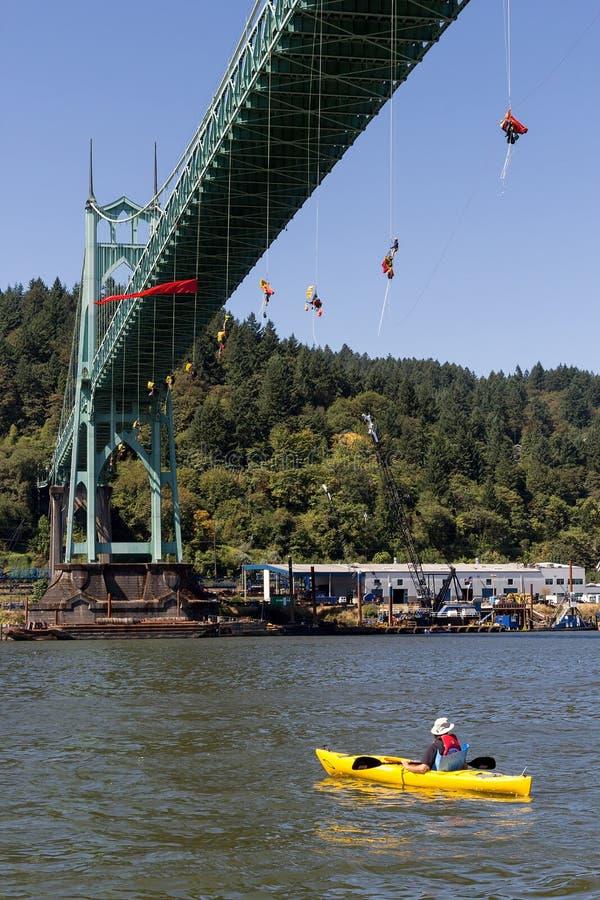 Activistes de Greenpeace balançant au-dessus du pont de St Johns avec Kayaktiv photo libre de droits