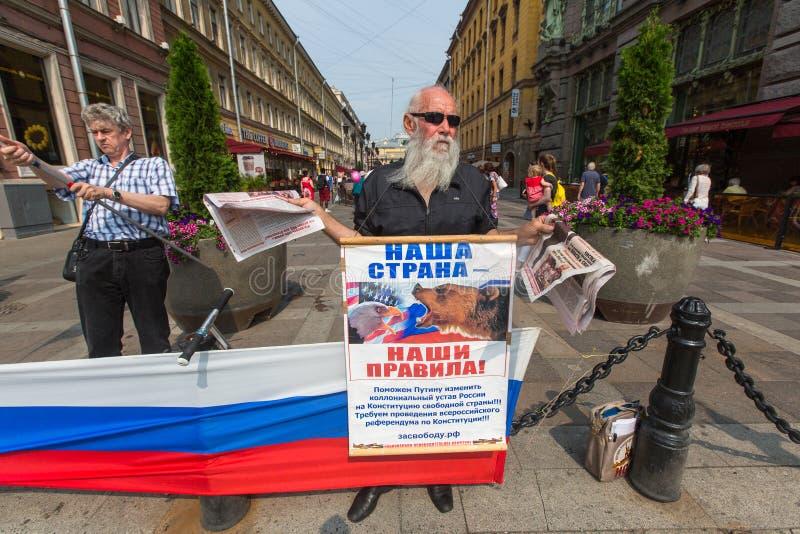 Activistes de l'organisation anti-occidentale de pro-Poutine NLM SPb (mouvement de libération nationale), sur le Nevsky Prospekt photographie stock
