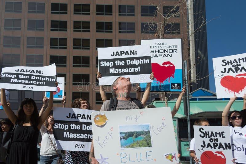 Activistes devant le consulat du Japon à Los Angeles pour protester l'abattage de dauphins dans Taiji photographie stock