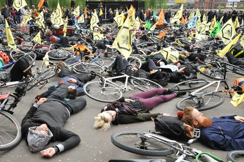 Activistes environnementaux contre le massacre des abeilles à Londres photographie stock