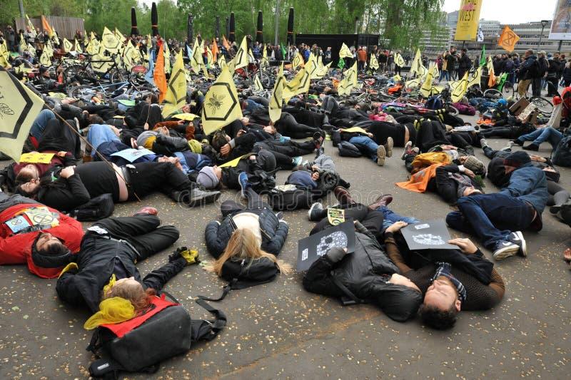 Activistes environnementaux contre le massacre des abeilles ? Londres photos libres de droits