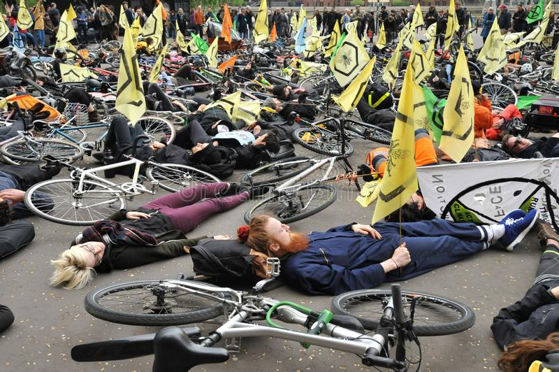 Activistes environnementaux contre le massacre des abeilles ? Londres image libre de droits