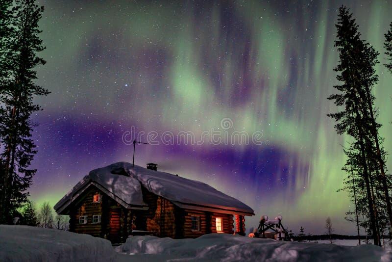 Activité arctique polaire d'Aurora Borealis de lumières du nord au-dessus de hoseu en bois en hiver Finlande, Laponie photo stock