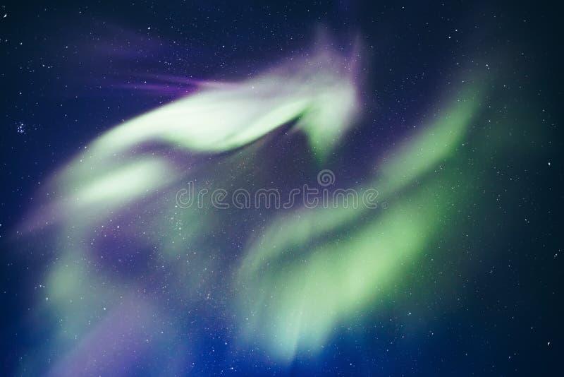 Activité arctique polaire d'Aurora Borealis de lumières du nord en Finlande, Laponie photos stock