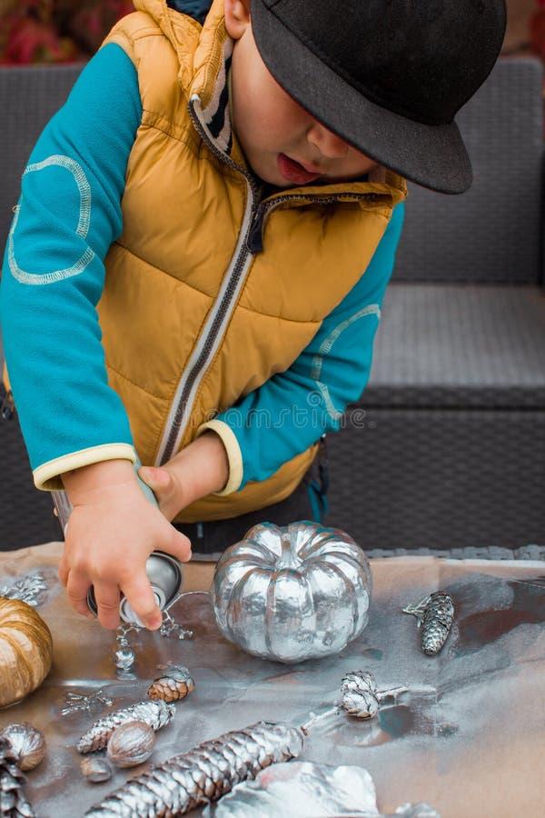Activité créative du ` s d'enfants en automne image libre de droits