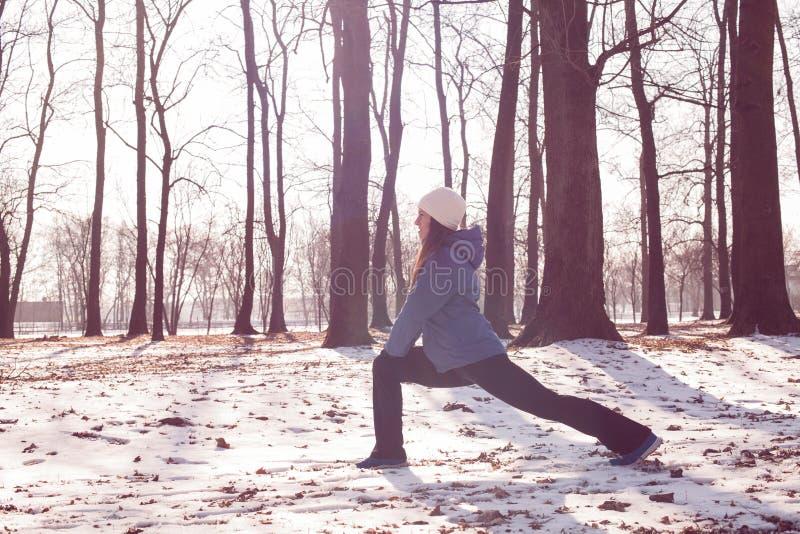Activité d'hiver de femme de forme physique image stock