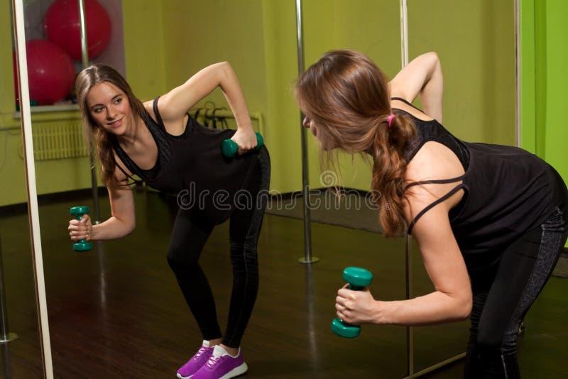 Activité de Phisical dans le centre de fitness photo stock