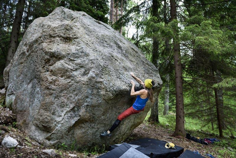 Activité de sport en plein air Fille de grimpeur de roche images stock