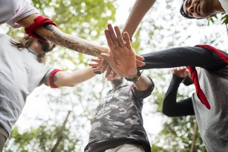 Activité extérieure de course d'orientation d'équipe dans la jungle photographie stock libre de droits