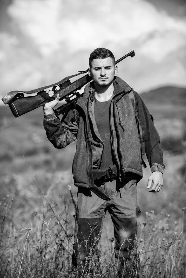 Activité masculine de passe-temps Saison de chasse Arme à feu ou fusil d'arme de chasse Le chasseur d'homme portent le fond de na image stock
