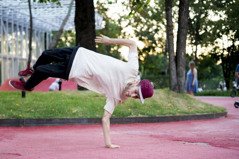 Activité physique de liberté d'acrobate de jeune homme dans le concept urbain de ville image stock