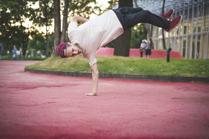 Activité physique de liberté d'acrobate de jeune homme dans le concept urbain de ville images stock