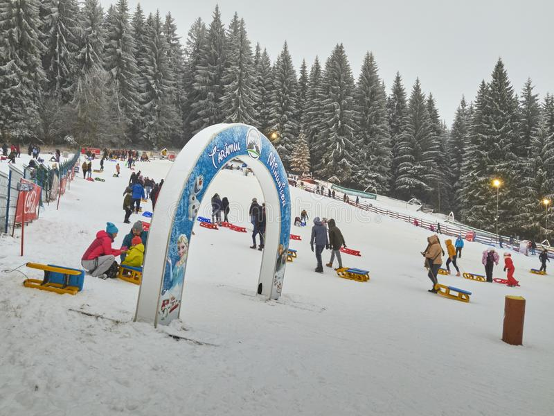 Activités d'hiver en station de vacances de Poiana Brasov, Roumanie image libre de droits