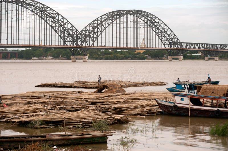 Activités de port sur la rivière d'Ayeyarwady, Myanmar photographie stock