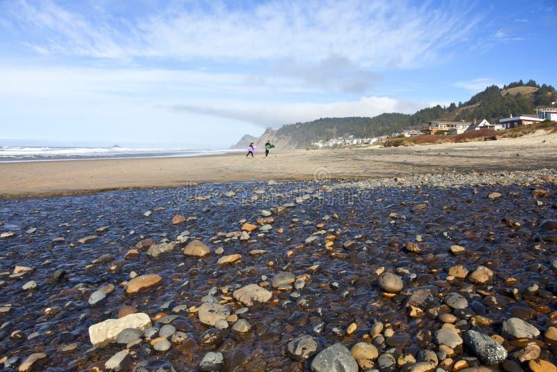 Activités et ressac de plage de côte de l'Orégon photo stock