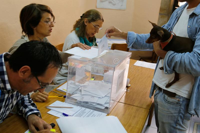 Activiteit bij Opiniepeilingspost tijdens verkiezingendag in Spanje stock afbeelding