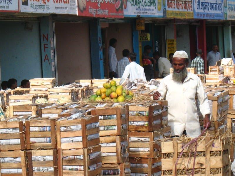 Activiteit in de fruitmarkt tijdens mangoseizoen royalty-vrije stock afbeelding