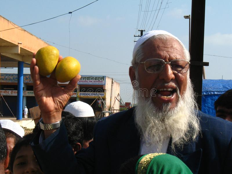 Activiteit in de fruitmarkt tijdens mangoseizoen stock foto's