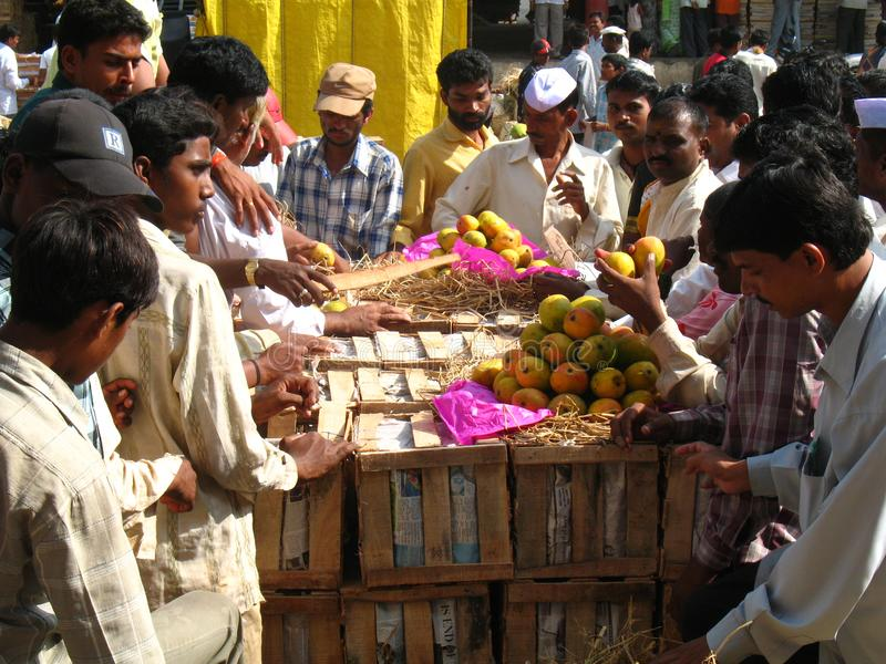 Activiteit in de fruitmarkt tijdens mangoseizoen royalty-vrije stock fotografie