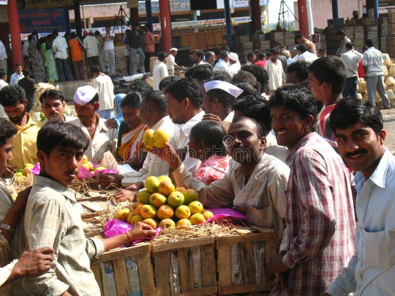 Activiteit in de fruitmarkt tijdens mangoseizoen royalty-vrije stock foto