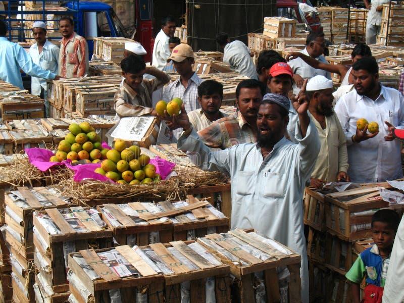 Activiteit in de fruitmarkt tijdens mangoseizoen stock afbeelding
