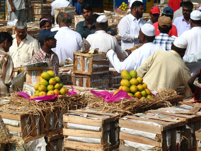 Activiteit in de fruitmarkt tijdens mangoseizoen royalty-vrije stock foto's