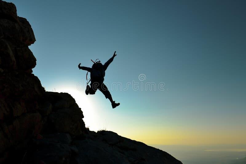 Activiteit van een energieke, enthousiaste en buitengewone klimmer stock foto