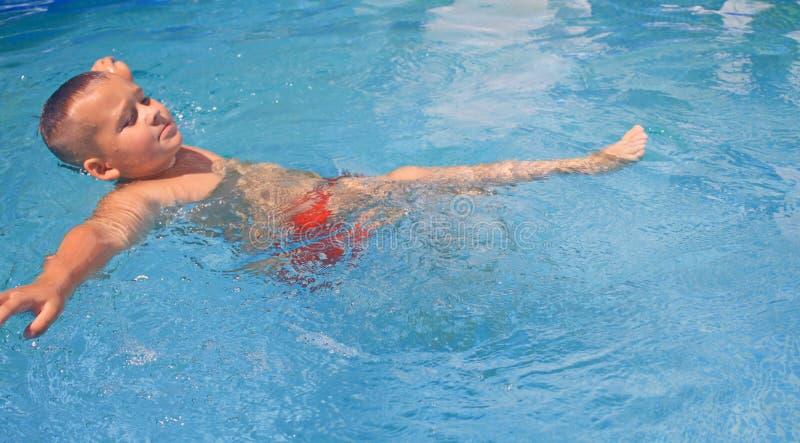 Activiteiten op de pool stock foto's